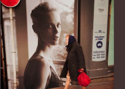 la fille au sac rouge
